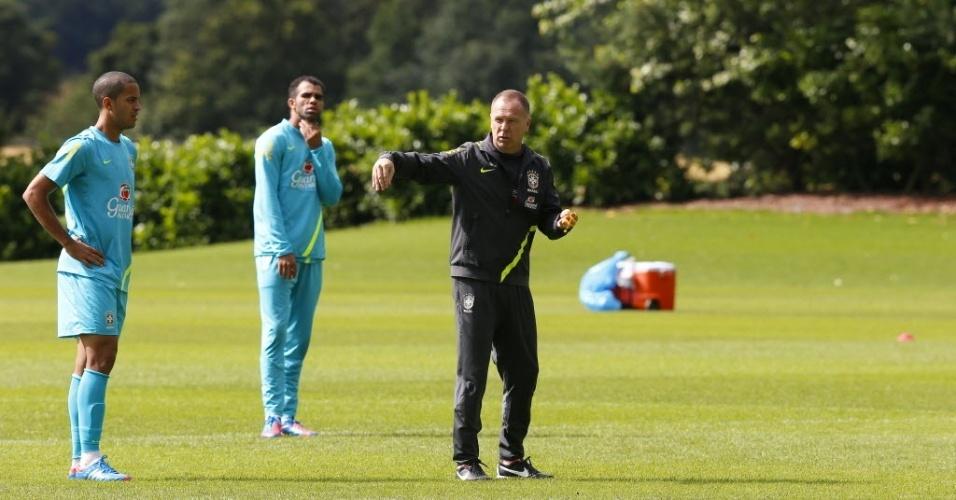 O técnico Mano Menezes orienta jogadores durante treino da seleção brasileira no CT do Arsenal (19/07/2012)