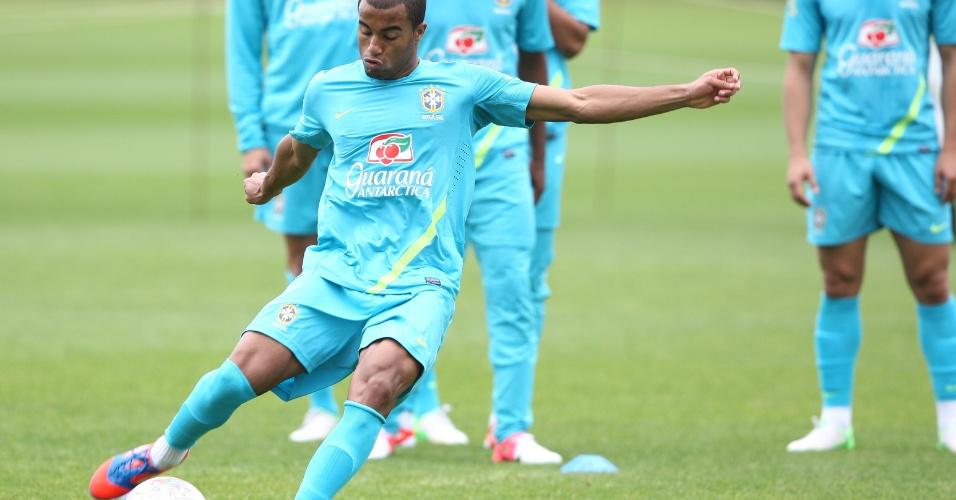 Observado por companheiros de time, Lucas treina chutes a gol no campo do Arsenal nesta quinta-feira (19/07/2012)