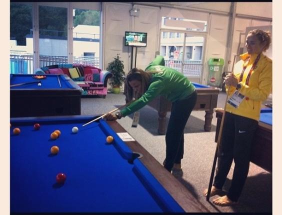 Remadoras Fabiana Beltrame e Luana Bartholo se divertem jogando bilhar, dentro da Vila Olímpica