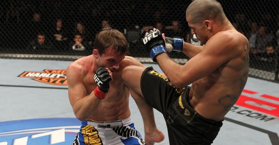 Renan Barão aplica joelhada em combate contra Brad Pickett