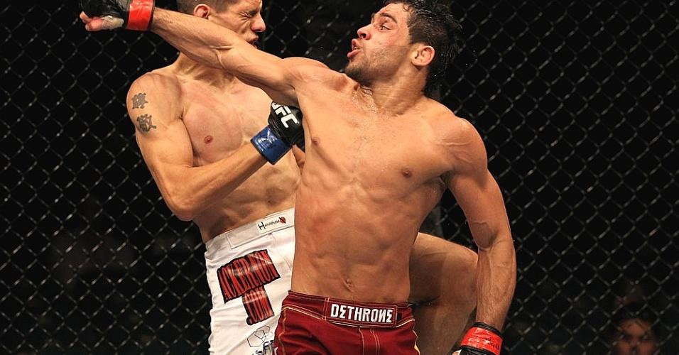 Renan Barão tenta golpe em Cole Escovedo, durante combate do UFC 130
