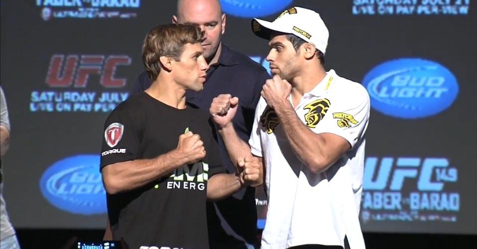 Urijah Faber e Renan Barão se encaram na coletiva pré-UFC 149