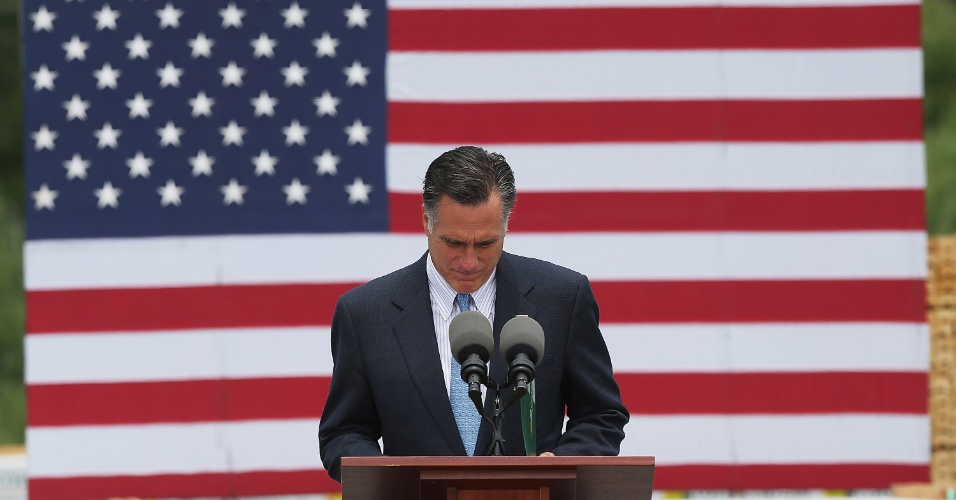 20.jul.2012 - Candidato republicano às próximas eleições presidenciais nos Estados Unidos, Mitt Romney faz uma pausa em homenagem ás vítimas do tiroteio de Colorado, durante discurso nesta sexta-feira (20), em Bow, em New Hampshire (EUA)