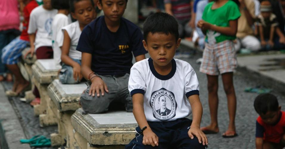 20.jul.2012 - Meninos muçulmanos participam de oração que marcou o início do Ramadã na Mesquita Dourada de Quiapo, em Manila, nas Filipinas