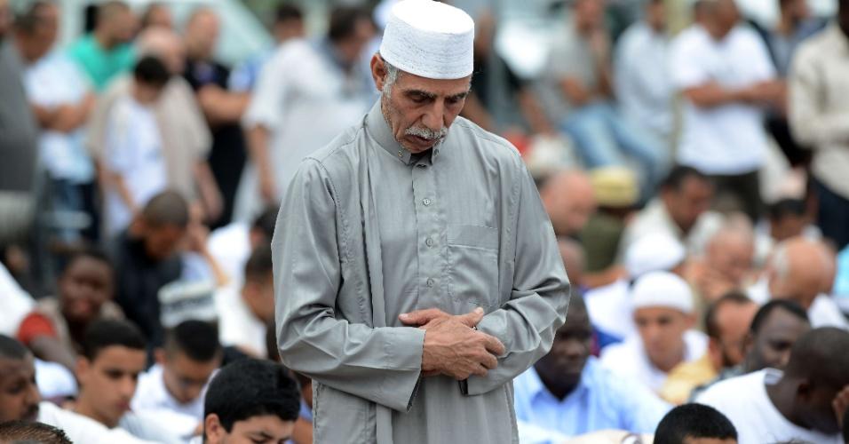 20.jul.2012 - Muçulmanos rezam em torno de uma mesquita em Toulouse, no sul da França, em comemoração ao primeiro dia do mês sagrado do Islã conhecido como Ramadã. Durante 30 dias os religiosos não podem comer, beber, fumar e praticar relações sexuais do nascer ao pôr-do-sol