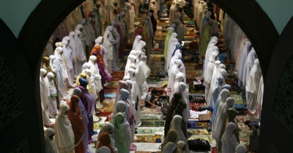 20.jul.2012 - Mulheres muçulmanas fazem orações  no primeiro dia do Ramadã, nesta sexta-feira, em mesquita de Surabaya, Java (Indonésia)