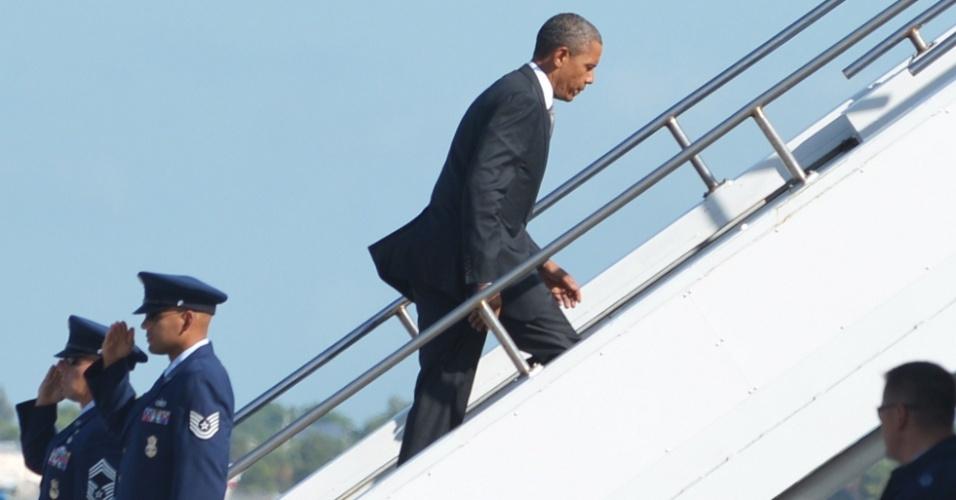"""20.jul.2012 - O presidente dos Estados Unidos, Barack Obama, embarca no avião Air Force One nesta sexta-feira (20), no aeroporto internacional de Palm Beach, na Flórida (EUA). Ele se disse """"chocado e entristecido"""" pelo tiroteio em um cinema no Colorado, que deixou ao menos 12 mortos e dezenas de feridos"""