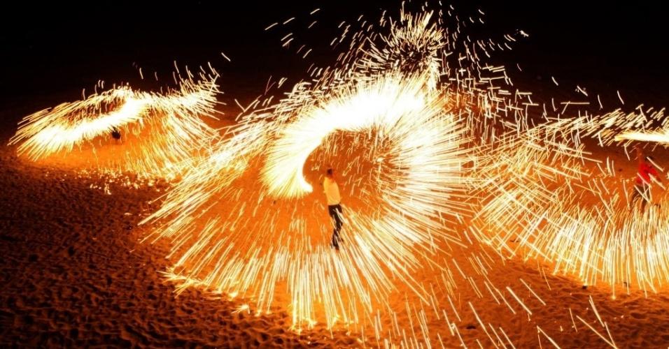 20.jul.2012 - Palestino celebra, em Gaza, o primeiro dia do Ramadã, nesta sexta-feira. Durante 30 dias, muçulmanos em todo o mundo comemoram o mês sagrado abstendo-se de comer, beber, fumar e praticar relações sexuais do nascer ao pôr-do-sol