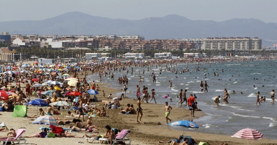 20.jul.2012 - População aproveita dia quente na praia Malvarrosa, em Valência (Espanha), nesta sexta-feira