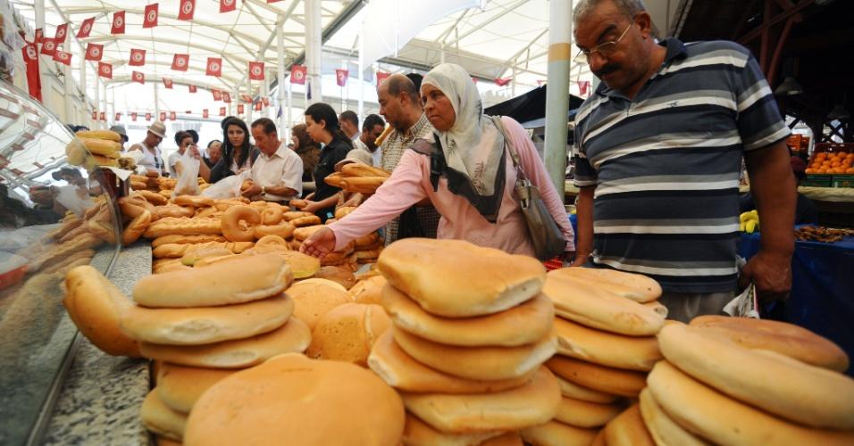 20.jul.2012 - Povo tunisino enfrenta fila em mercado central em Tunis, na Tunísia, para preparar banquete do primeiro dia do mês sagrado islâmico do Ramadã, que é servido após o pôr-do-sol
