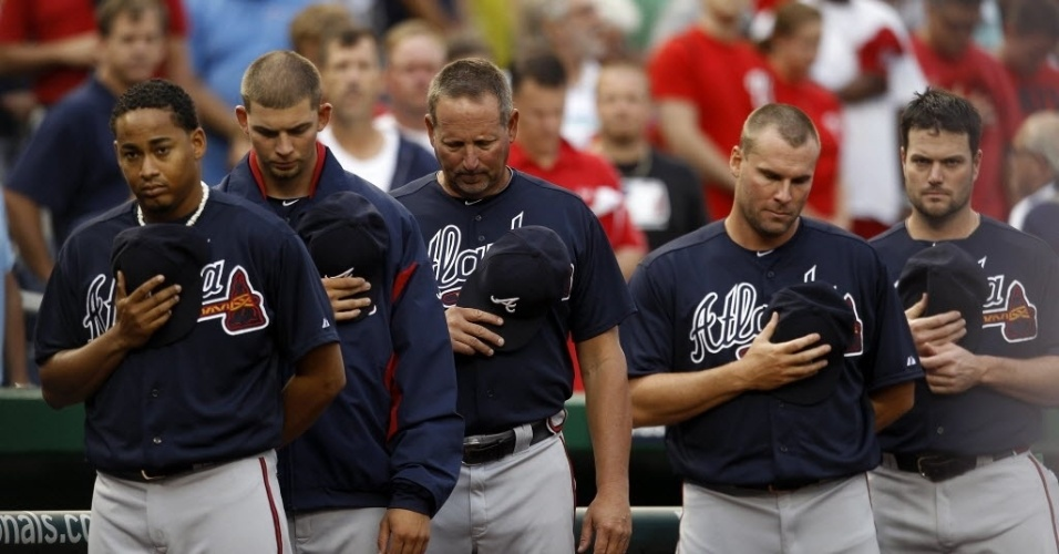 20.jul.2012 - Time de baseball Atlanta Braves faz minute de silêncio em homenagem às vítimas do massacre em cinema de Aurora, Colorado (EUA), durante partida contra o Washington Nationals, em Washington