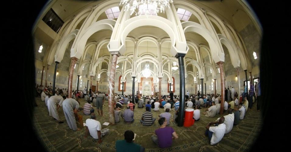 20.jul.2012 - Um grupo de muçulmanos reza na mesquita da M-30, em Madrid (Espanha), para celebrar o primeiro dia do Ramadã. Pelos próximos 30 dias, os muçulmanos não podem comer, beber, fumar e praticar relações sexuais do nascer ao pôr-do-sol