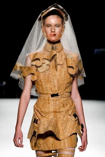 A cortiça foi o material escolhido por Arnaldo Ventura para criar roupas estruturadas, na Casa de Criadores