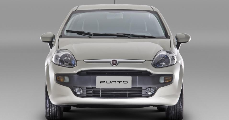 A Fiat estreia neste final de semana a primeira reestilização do Punto em cinco anos de fabricação no Brasil. Já como modelo 2013, o carro mantém os nomes das versões atuais (Attractive, Essence, Sporting e T-Jet) e ganha a estética do Grande Punto Evo europeu, com parachoques redesenhados e faróis em LEDs. Preços e variações de equipamentos entre as versões serão revelados neste sábado, mesmo dia em que a imprensa especializada avalia o modelo