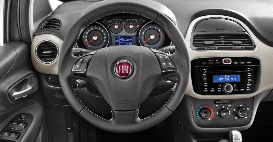 O painel na versão Essence fica mais completo que na Attractive e ganha mimos como a costura do volante, porta-trecos central e novas cores