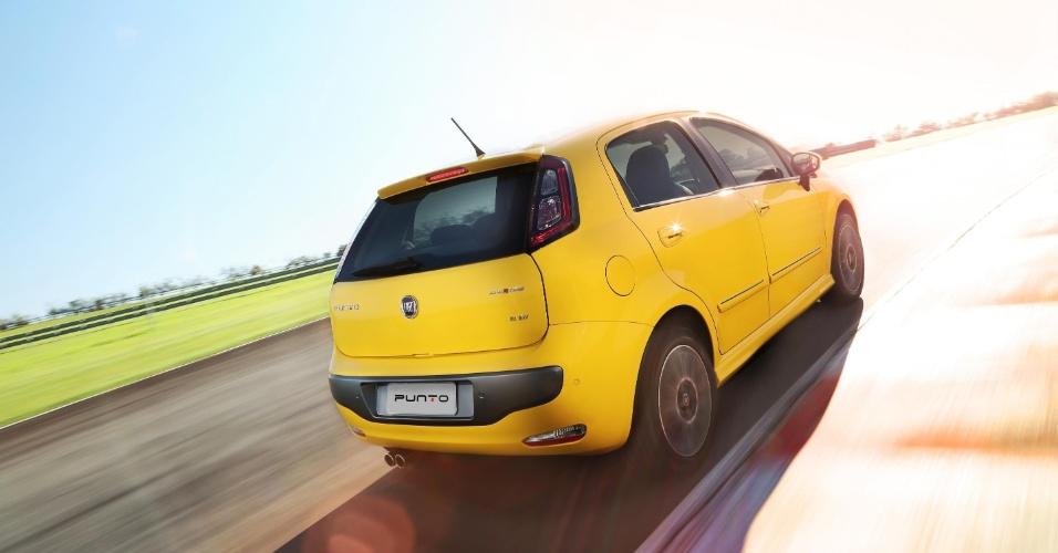 No Punto Sporting 2013, as rodas têm aro 16'' e é possível equipar o carro com o teto solar duplo; a ponteira de escape ganha mais uma saída