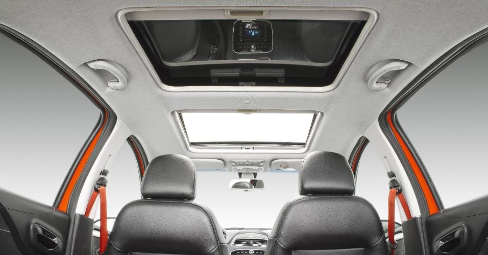 O teto solar da linha Punto 2013 manteve o formato padrão de preencher todo o teto, chamado pela Fiat de Skydome; na foto, um Punto Sporting