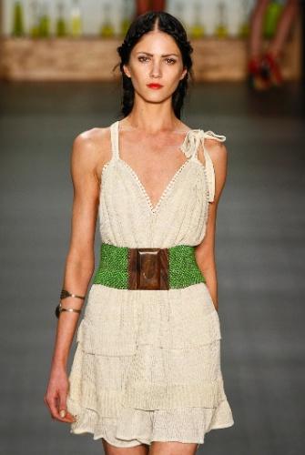 As mulheres que querem aderir à tendência sutilmente podem investir em um cinto artesanal, como o de Nica Kessler
