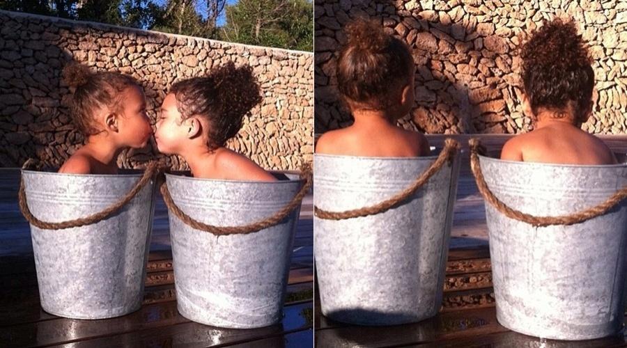 Bia Antony, mulher do jogador Ronaldo, divulgou imagem das filhas, Maria Sophia (esq.) e Maria Alice (dir.) tomando banho dentro de um balde (19/7/12)