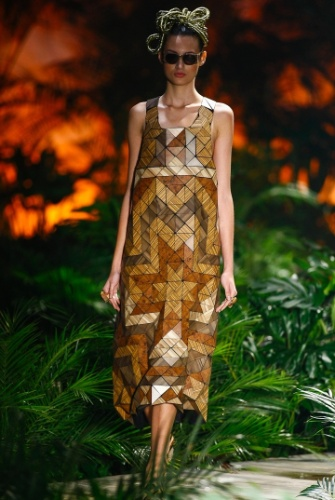 Inspirado pelo Pará, Ronaldo Fraga apresentou sua coleção em uma passarela coberta por plantas. Vestidos e blusas feitos com mosaico de madeira foram um dos principais destaques da coleção