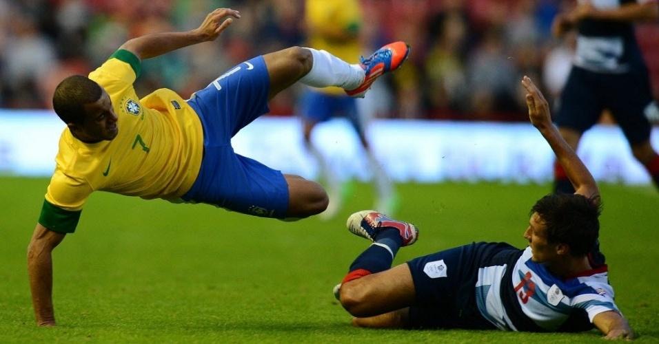 Lucas é derrubado durante amistoso da seleção brasileira com o Reino Unido antes dos Jogos Olímpicos