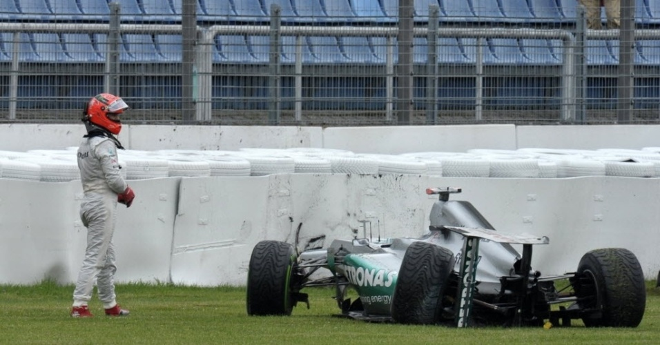 Michael Schumacher bate no muro no final da segunda sesso de treinos em Hockenheim