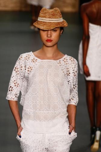 O chapéu da coleção da Nica Kessler também integra a tendência do trabalho artesanal feito com fibras naturais