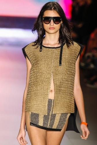 O colete da coleção da Osklen é rígido e pode ser usado sobre um vestido fluído