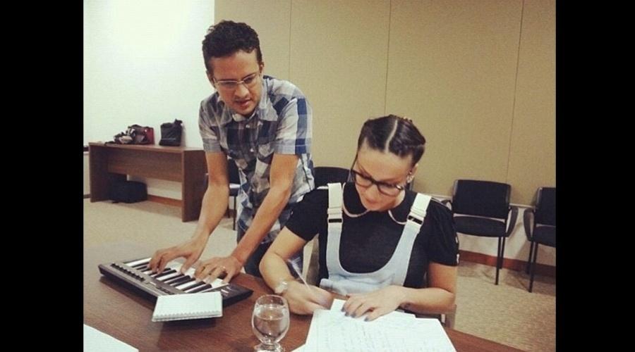 O diretor musical de Claudia Leitte, Luciano Pinto, divulgou uma imagem da cantora compondo (20/7/12)