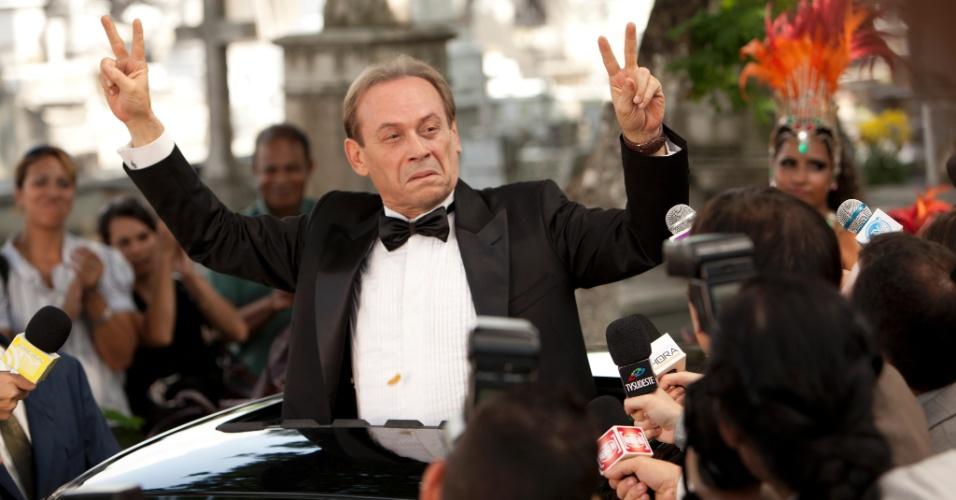 Obcecado pela ascensão e inclusão social, Giovanni Improtta contracena com a cúpula do jogo do bicho, que não por acaso, negocia com políticos a aprovação da lei de cassinos