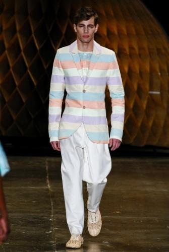Os homens também podem aderir à moda. A Amapô propôs sapatos inspirados no modelo oxford, mas feitos em palha