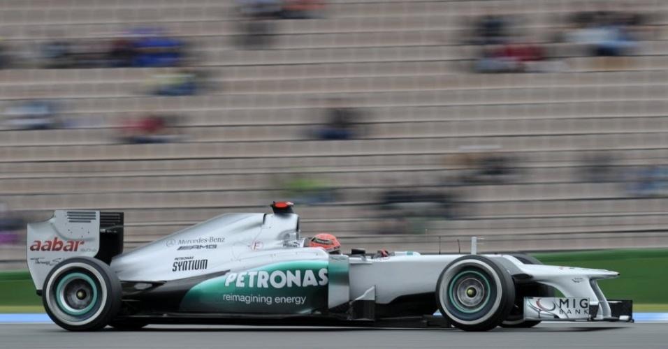 Sob chuva e diante de tribunas quase vazias em Hockenheim, Michael Schumacher faz treino livre