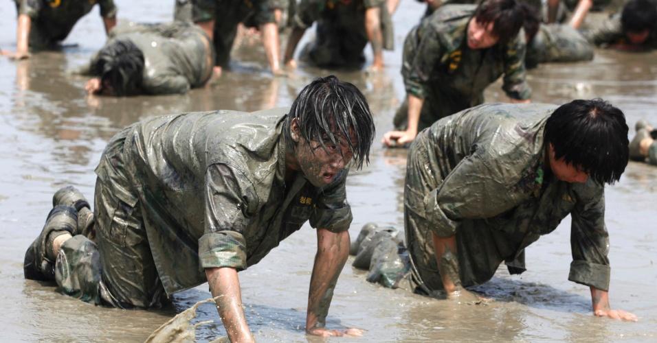 20.jul.2012 - Jovens treinam na lama durante acampamento de verão militar em Ansan, na Coreia do Sul