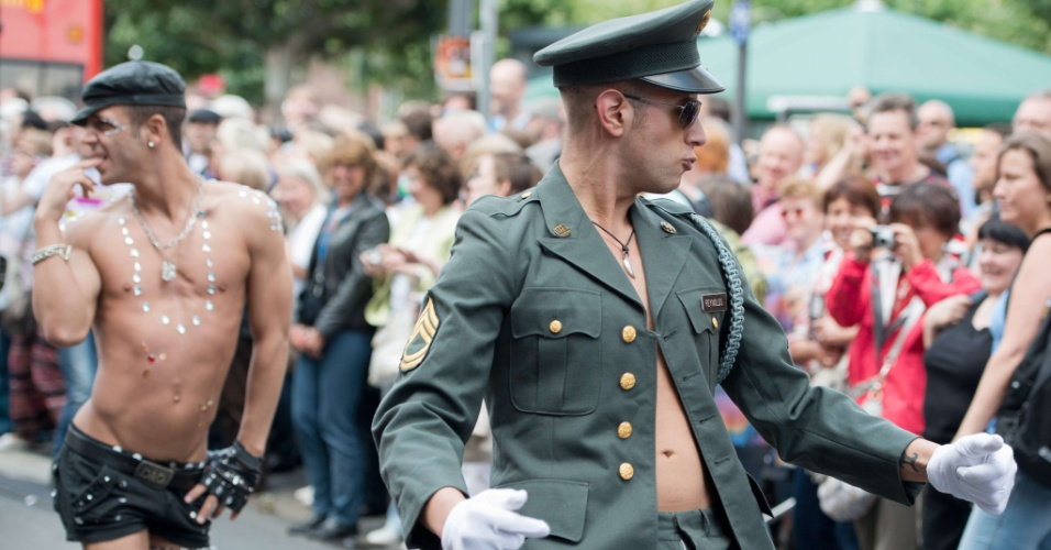 21.jul.2012 - Alem&#227;es participam de Christopher Street Day Parade, em Frankfurt. O objetivo da parada &#233; chamar aten&#231;&#227;o para os direitos dos homossexuais no pa&#237;s. Milhares de pessoas se reuniram para assistir os desfiles