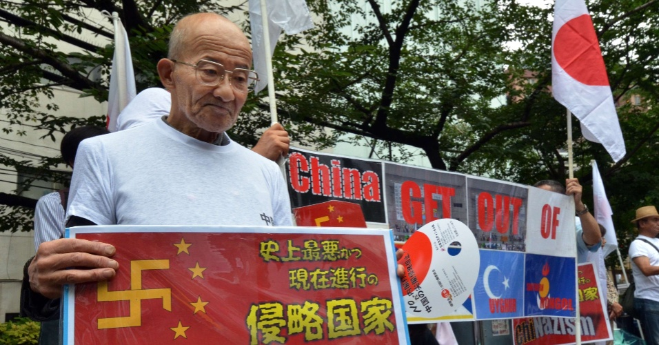 21.jul.2012 - Japon&#234;s participa de protesto pr&#243;ximo &#224; embaixada chinesa em T&#243;quio contra a China. A manifesta&#231;&#227;o reuniu cerca de 100 pessoas que reivindicaram o direito territorial da ilha conhecida como Senkaku (em japon&#234;s) e Diaoyu (em chin&#234;s)