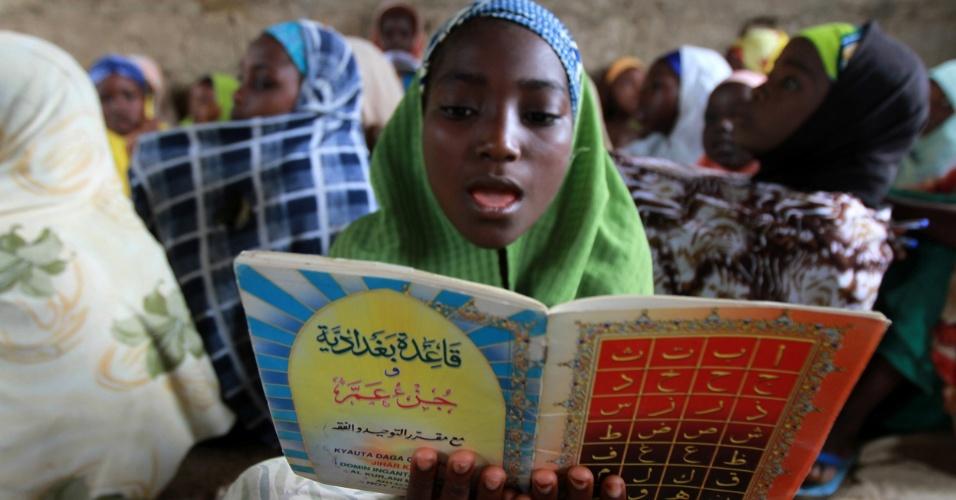 21.jul.2012 - Menina nigeriana lê o alcorão no segundo dia de Ramadã na cidade de Kano (Nigéria). O mês sagrado dos muçulmanos começou na última sexta-feira (20)