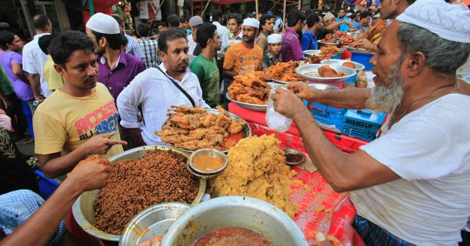 21.jul.2012 - Muçulmano vende comida durante o Ramadã em Dhaka (Bangladesh). Mês sagrado começou nesta sexta-feira (20)
