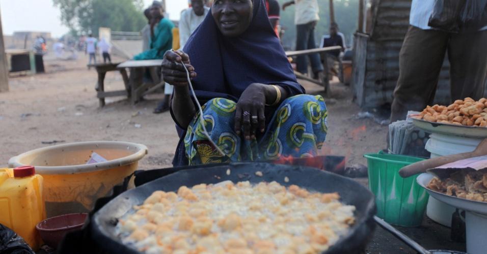 21.jul.2012 - Na Nigéria, mulher prepara a almoço no segundo dia de Ramadã. O mês sagrado dos muçulmanos começou na última sexta-feira (20)