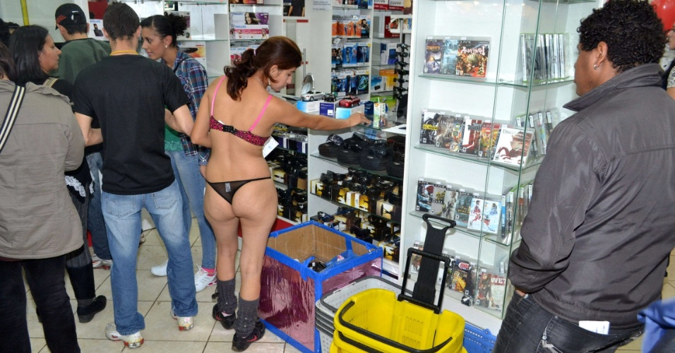 21.jul.2012 - V&#225;rias pessoas fizeram compras de roupa &#237;ntima na Cidad Del Este, no Paraguai. A ousadia garantiu aos consumidores vales no valor de US$ 100 (aproximadamente R$ 202)