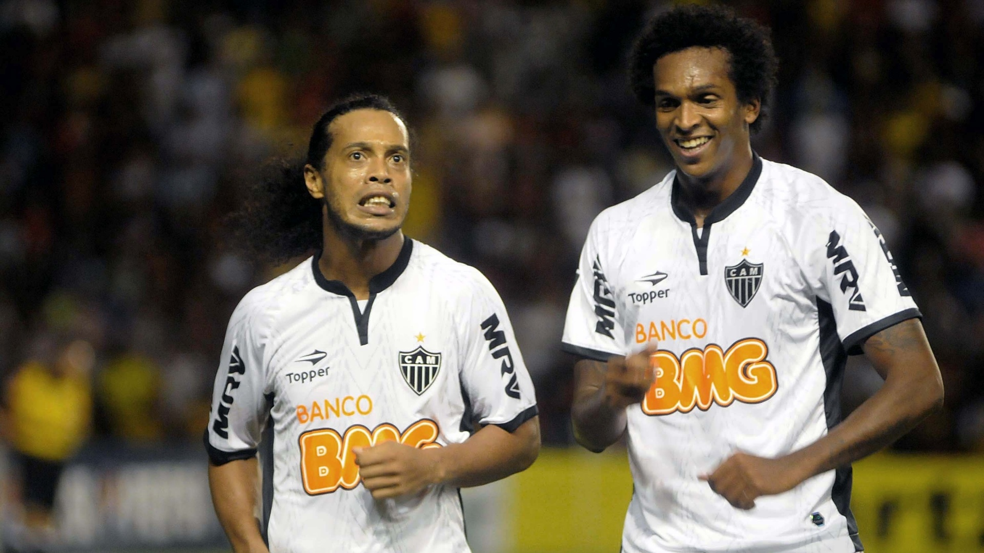 Ronaldinho comemora com J (d) na vitria do Atltico-MG por 4 a 1 sobre o Sport