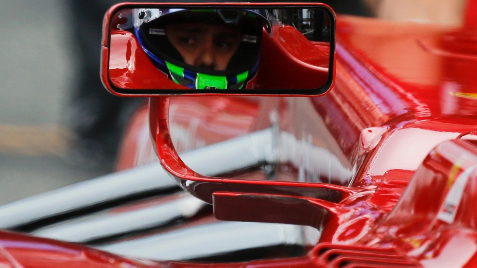 Felipe Massa olha pelo retrovisor durante sessão de treinos na Alemanha