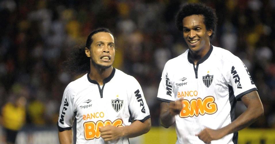 Ronaldinho Gaúcho e Jô comemoram gol na vitória do Atlético-MG sobre o Sport (21/7/2012)