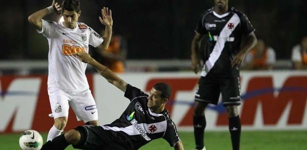 Vascaíno Nilton dá carrinho para recuperar a bola no duelo contra o Santos no Rio
