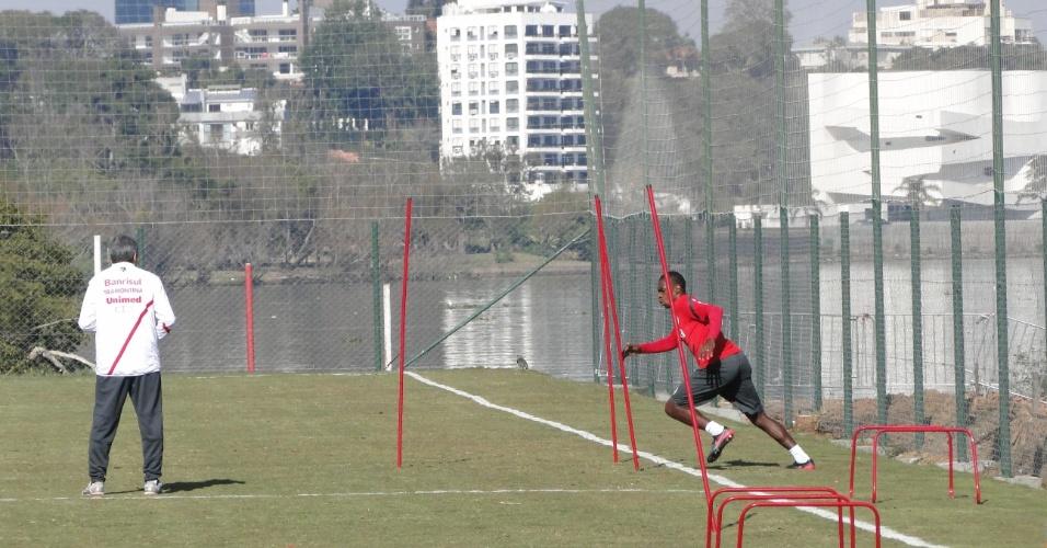 Zagueiro Juan treina fisicamente com o coordenador da área, Élio Carravetta, no CT Parque Gigante do Inter (21/07/2