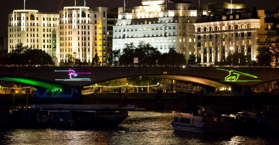 22.jul.2012 - A ponte de Waterloo, localizada sobre o rio Tâmisa, em Londres (Inglaterra), é ikuminada em pictogramas para celebrar os Jogos Olímpicos de 2012, que acontece no período de 27 de julho a 12 de agosto