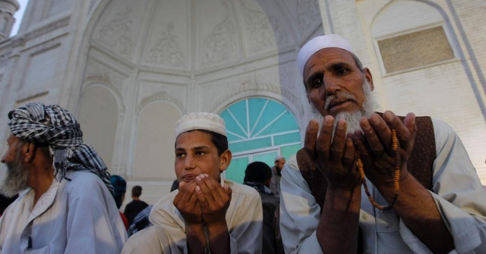 22.jul.2012 - Homens afegãos rezam em uma mesquita em Cabul, no Afeganistão, antes de quebrar o jejum do Ramadã, o mês mais sagrado do calendário islâmico. Neste período, os muçulmanos em todo o mundo não podem comer, beber, fumar e praticar relações sexuais do nascer ao pôr-do-sol