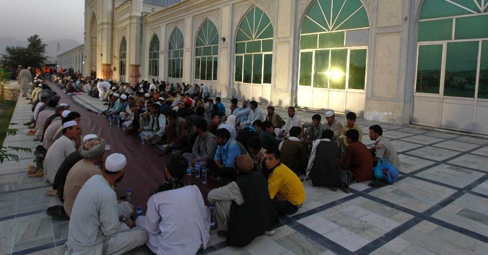 22.jul.2012 - Homens afegãos sentam na frente de uma mesquita em Cabul, no Afeganistão, enquanto esperam para quebrar o jejum do Ramadã, o mês mais sagrado do calendário islâmico. Neste período, os muçulmanos em todo o mundo não podem comer, beber, fumar e praticar relações sexuais do nascer ao pôr-do-sol