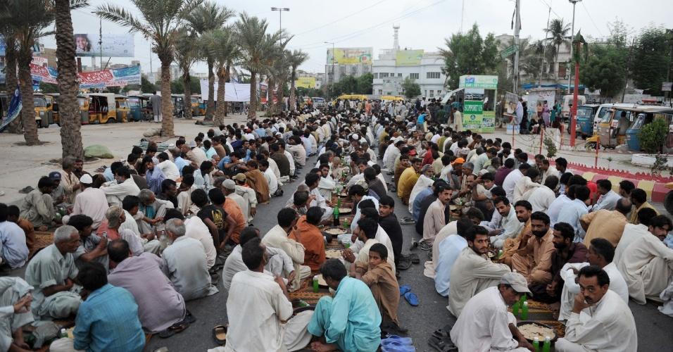 22.jul.2012 - Homens quebram jejum em Karachi, no Paquistão, ao pôr-do-sol do terceiro dia do Ramadã. Neste período, os muçulmanos em todo o mundo não podem comer, beber, fumar e praticar relações sexuais do nascer ao pôr-do-sol