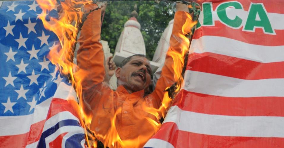 """22.jul.2012 - Indianos direitistas hindus do partido Shiv Sena queimam bandeira dos Estados Unidos neste domingo (22), durante protesto em frente ao templo da """"Deusa Kali"""", em Amritsar"""