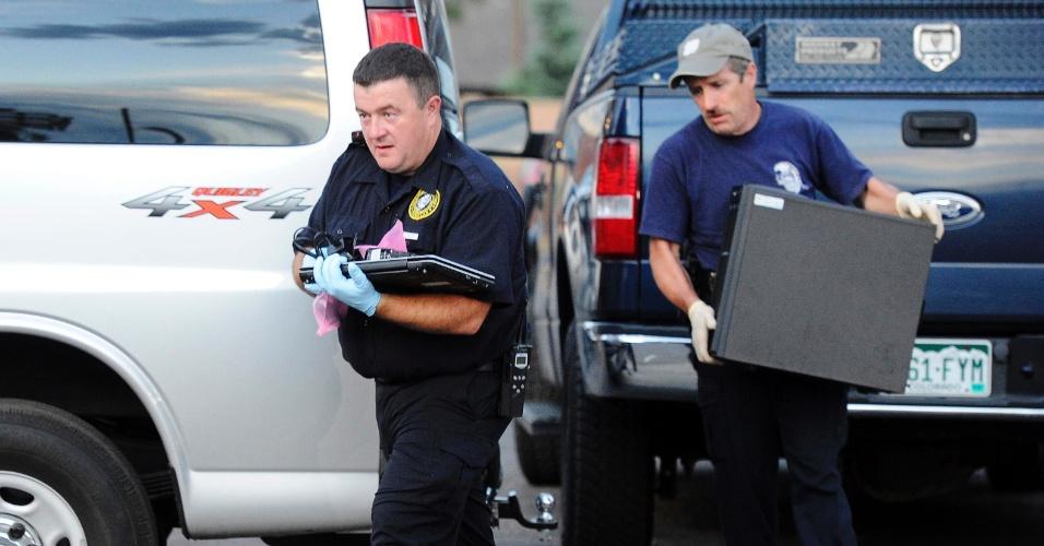 22.jul.2012 - Investigadores da polícia americana apreendem computadores do apartamento de James Holmes, 24, suspeito de ter assassinado 12 pessoas e ferido outras 59 em um cinema em Aurora, Colorado (EUA), na última sexta-feira (20)